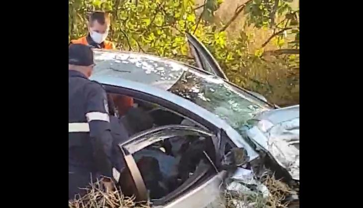 ACUM: Pompierii de la descarcerare încearcă să scoată un sofer dintre fiare în urma unui accident rutier /VIDEO