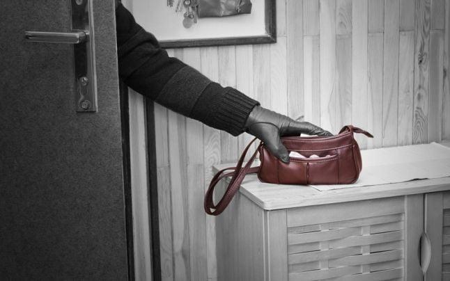 Au spart locuința unei femei și i-au furat banii. Doi bărbați din raionul Cahul reținuți de Poliție