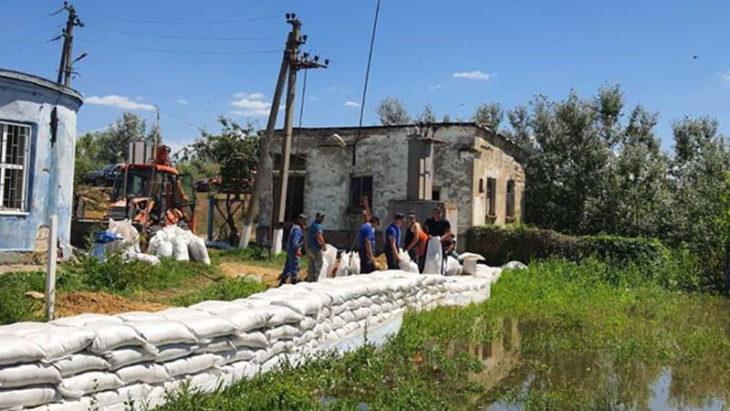 Salvatorii au lucrat pe parcursul nopții pentru fortificarea digurilor la Cantemir /FOTO