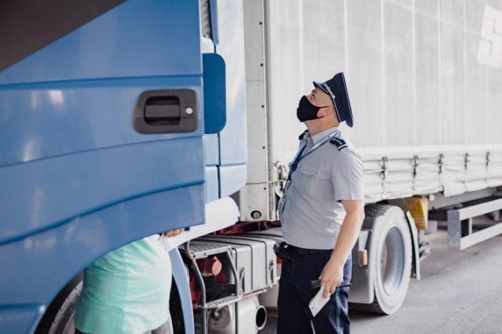 Un șofer de camion a încercat să corupă un polițist de frontieră