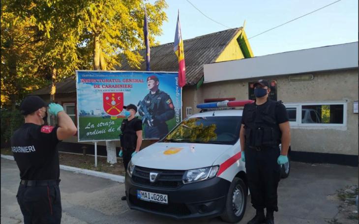 Un tânăr a stricat geamul unei mașini a poliției și a mușcat de mână un carabinier. Incidentul a avut loc la Cahul