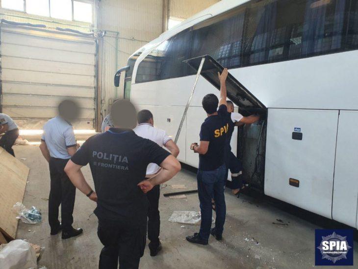 Au modificat autocarul pentru a face loc pentru țigări de contrabandă ///VIDEO