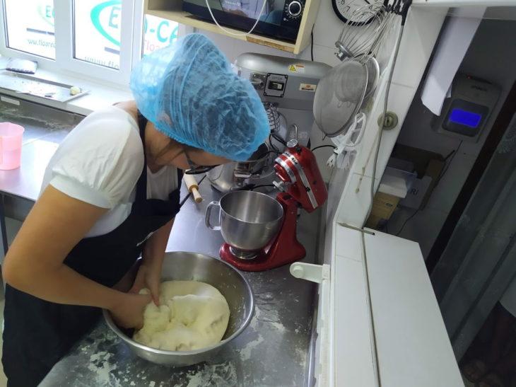 Irina Nepotu este deseori implicată în prepararea produselor de panificație. Foto: API