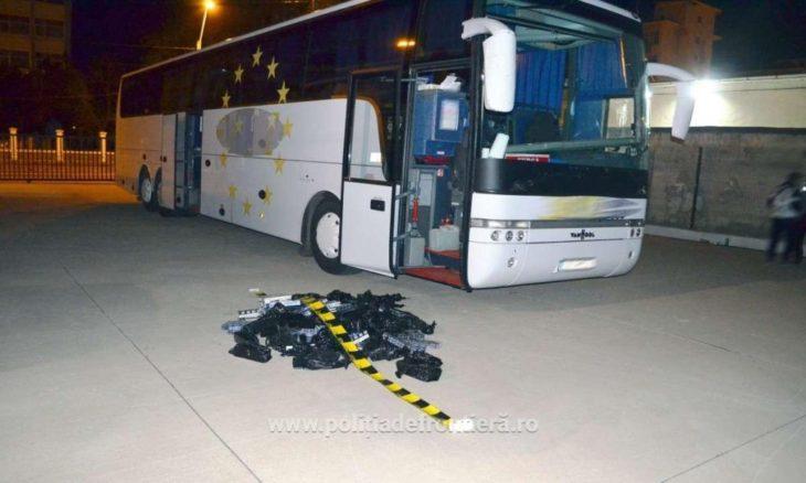 Țigări de contrabandă ascunse în echipamentul unui autocar, depistate la frontiera Galați//FOTO