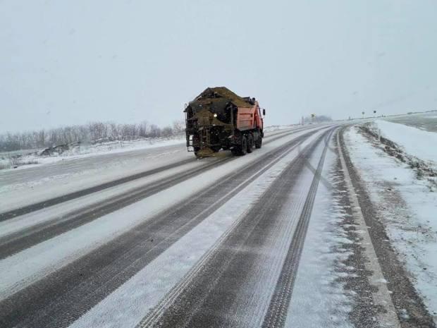 Pe drumurile din ţară se circulă în condiții de iarnă