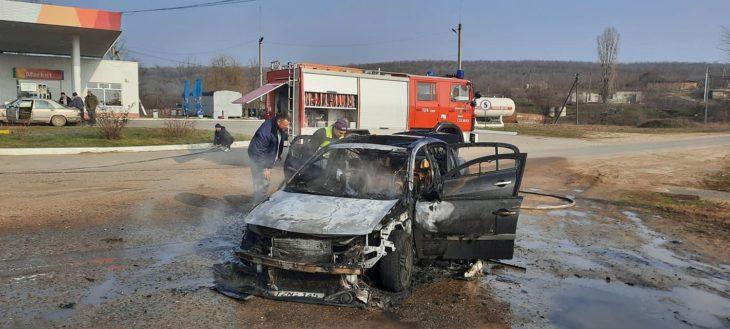 Și primarii sunt pompieri voluntari. Primarul și viceprimarul de Colibași au stins o mașină care a luat foc lângă PECO