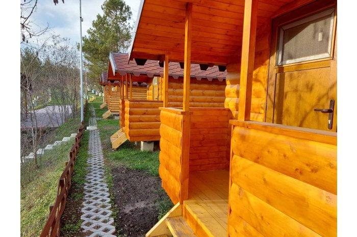 Un apicultor a creat o stupină model cu locuri de cazare pentru turiști