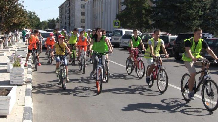 Băieții și fetele pe biciclete pledează pentru o mai mare siguranță în trafic