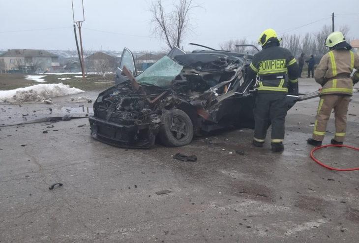 Grav accident, la Vulcănești. Un Volkswagen a răsturnat o autocisternă. Șoferul a murit // FOTO
