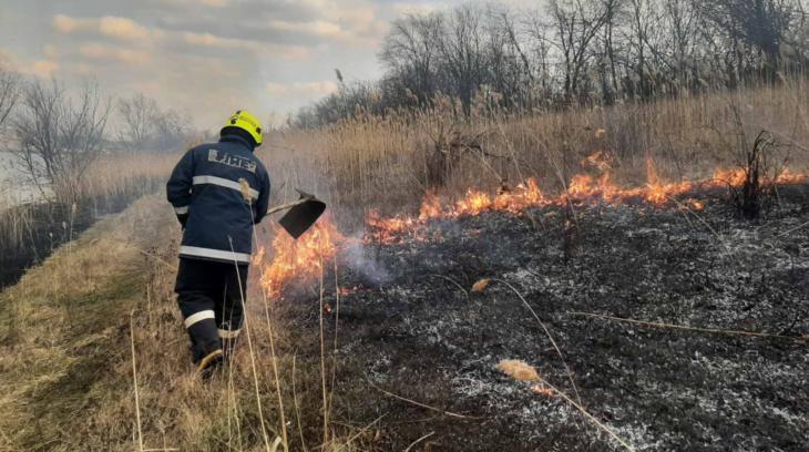 Pompierii IGSU au lichidat 20 focare de vegetație uscată FOTO/VIDEO