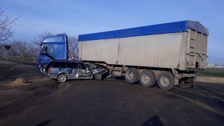 Accident de groază, la Cahul. O mașină a intrat într-un camion.