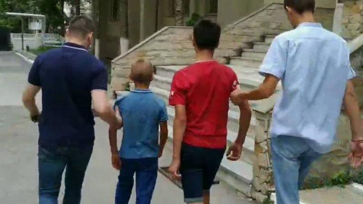 Doi adolescenți din Cahul, reținuți la Chișinău după ce au furat telefonul unui copil