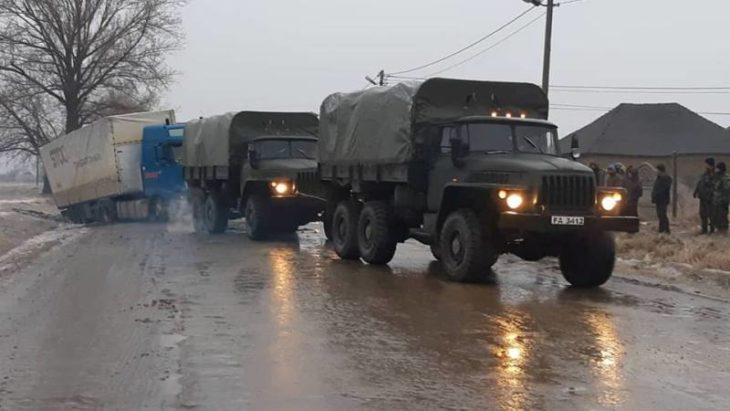 Militarii intervin la deblocarea transportului rutier din raionul Cahul.