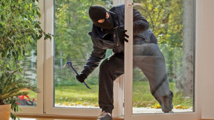 Fură apartamentele lăsate fără supraveghere. Dacă vedeți asta în ușa vecinului – sunați la poliție!