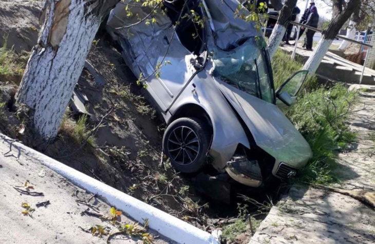 Un șofer din raionul Cahul fără permis de conducere a dat cu mașina într-un copac.