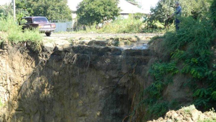 O porţiune a traseului naţional Chişinău – Giurgiuleşti riscă să fie spălată de apele pluviale