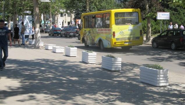 În loc de maşini – ghiveciuri cu flori. Autorităţile au blocat parcările pe Prospectul Republicii