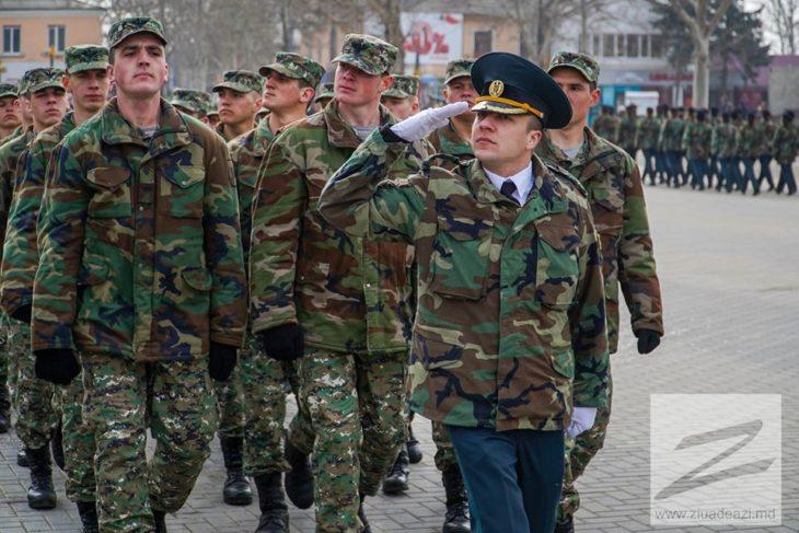 Militarii brigăzii DACIA iși felicită colegele de muncă cu ocazia zilei de 8 martie