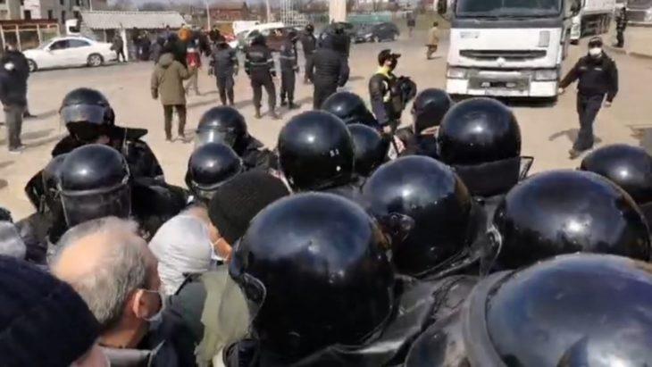 Camioanele cu grâu au trecut. Protestatarii au fost blocați de trupele speciale ale carabinierilor // VIDEO