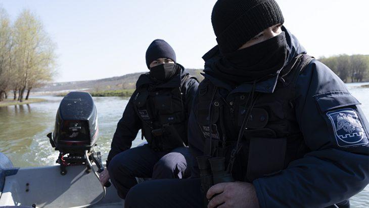 Doi bărbați surprinși la pescuit ilegal în apele de frontieră // VIDEO