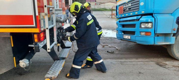 O autocisternă cu 26 tone de combustibil a derapat de pe traseu și a rămas blocată /VIDEO