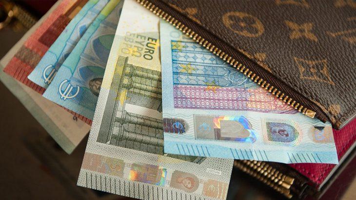 A găsit în taxi un portmoneu cu 1300 de EURO. Află cum a procedat