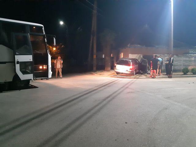 Un șofer în stare de ebrietate a intrat gardul unei case din Cahul în urma tamponării cu un autobuz